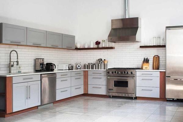 Spotless Full Size Gourmet Kitchen