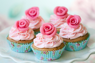 WebCast: 5 cupcakes adorned with roses.